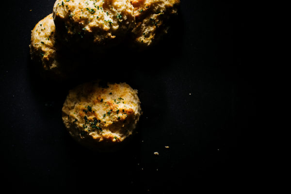 homemade red lobster cheddar bay biscuits! recipe on www.iamafoodblog.com
