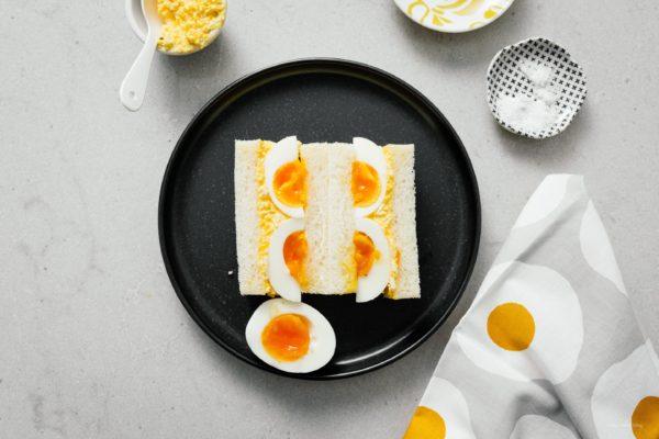 日式鸡蛋沙拉三明治!你喜欢鸡蛋沙拉三明治,但又想换个口味吗?奶油丘比蛋黄酱和果酱蛋使这个三明治成为赢家。就像你在日本度假时吃的三明治一样,但是更好吃;)#三明治#鸡蛋沙拉#日本料理#日式料理#当日美食#鸡蛋