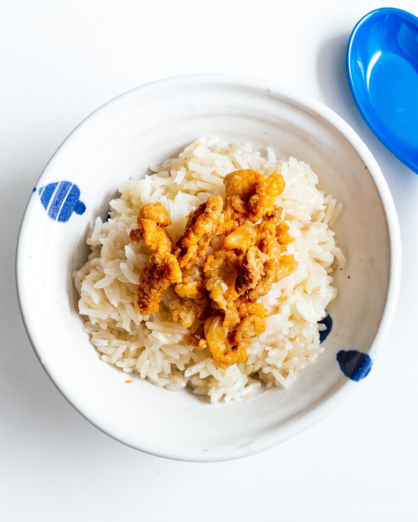 超级简单而又令人满意的海南鸡饭:多汁的蒸鸡和姜蒜饭在同一个锅里煮。这就是你现在想要的晚餐!海南胡桃米鸡饭食谱晚餐一锅简单食谱鸡饭食谱米饭鸡饭米饭