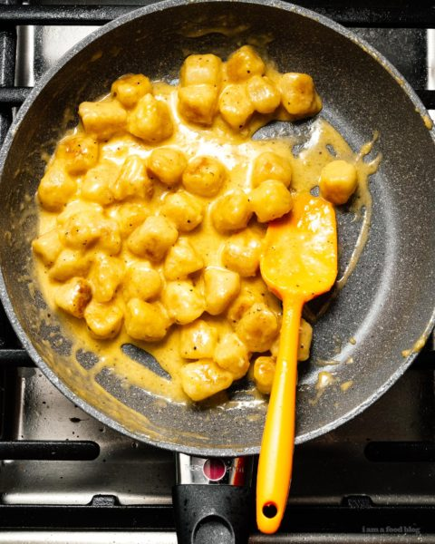 All your low carb dreams come true with this super creamy carbonara cauliflower gnocchi recipe #cauliflowergnocchi #traderjoescauliflowergnocchi #carbonara #dinner #recipe