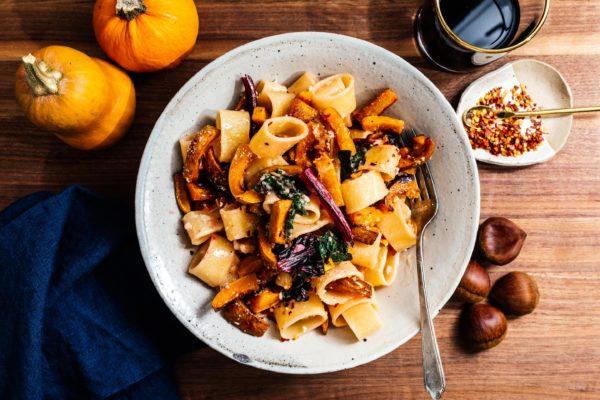温暖和秋天面食的碗安慰:锅烤南瓜honeynut奶油大蒜面条。#pasta #dinner #recipe #garlic #honeynutsquash #honeynut #squ