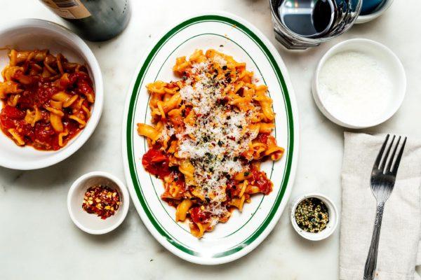 当你正在寻找一个快速和安慰番茄-Y,大蒜通心粉,这个最终的鲜味炸弹番茄酱将全部命中票据权利。#tomatosauce #umami #pasta #pastasauce #dinner #recipes #recipe