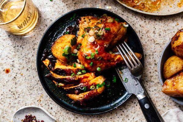 这6成分烤盘晚餐是你的下一个工作日夜晚摇滚明星:微辣,微甜韩国灵感鸡香脆奶油烤土豆#roastchicken #chicken #recipes #recipe #dinner #easy