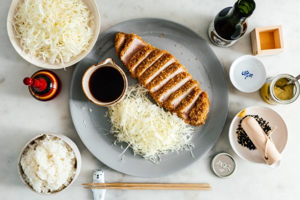 炸猪排:一种特别厚的、多汁的猪排,以炸猪排的方式做成,清淡酥脆,只是烘烤而不是油炸。#日本料理#日本猪排#猪肉#食谱#烤箱烘焙#晚餐#轻松晚餐