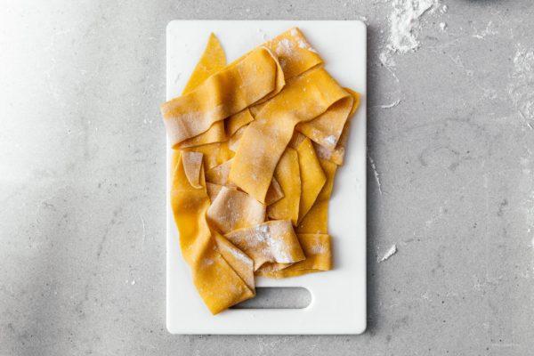 在家里吃新鲜的意大利面比你想象的要容易。这个简单的几乎没用的食谱将告诉你如何做出和城里的高档意大利餐厅一样美味的意大利面。