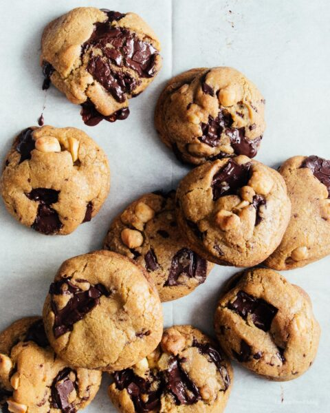 Soft and chewy brown butter macadamia nut dark chocolate chip cookie recipe | www.iamafoodblog.com